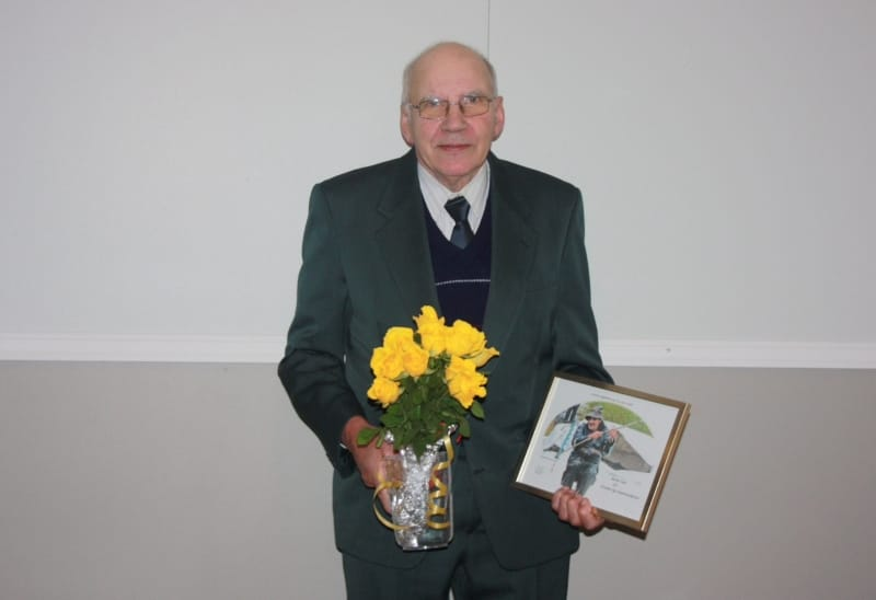 Bertel West hedrades med blommor och diplom.